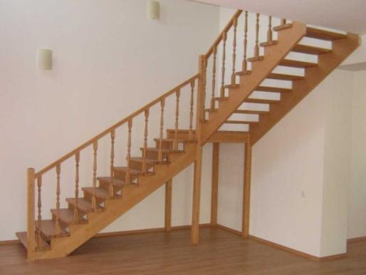 Поворотная деревянная лестница в доме