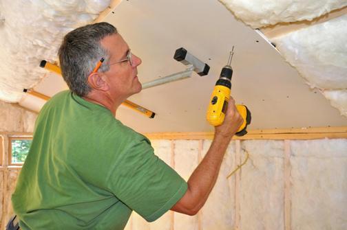 Установка звукоизоляционного материала на потолок